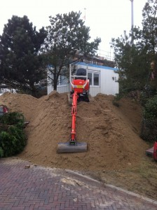 grondwerker op zandberg